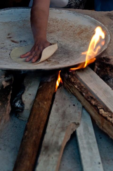 La Señora Lupita prepara tortillas en Zimatlan Oaxaca, México ©El Saber del Sabor /P. Andrés