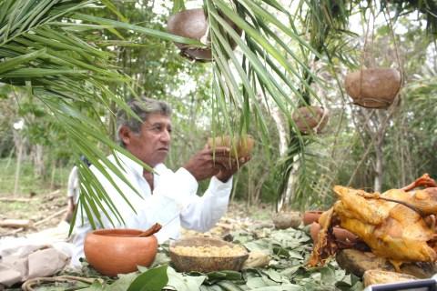 sacerdote maya, entrega los frutos de la tierra de cara a sus dioses