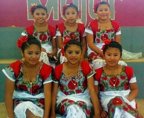 Niñas de la escuela primaria de Dzinup, Valladolid, Yucatán